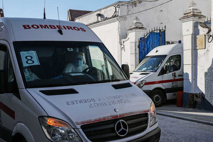 Ambulâncias transportam vários idosos do lar de Reguengos de Monsaraz, cujo surto causou 18 mortos
