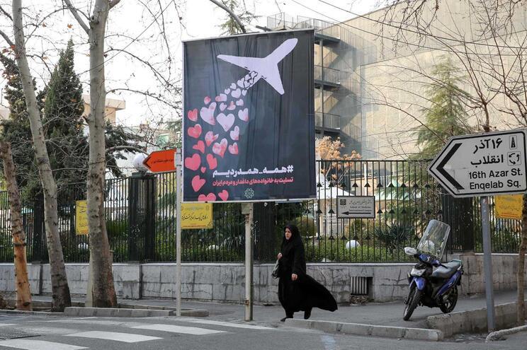 Poster de homenagem às vítimas do avião ucraniano abatido por um míssil em Teerão