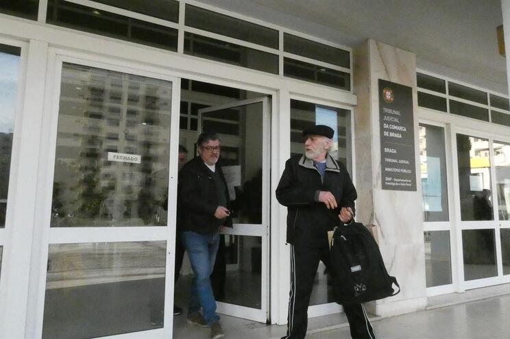 O suspeito à saída do Palácio da Justiça de Braga, na tarde desta quinta-feira