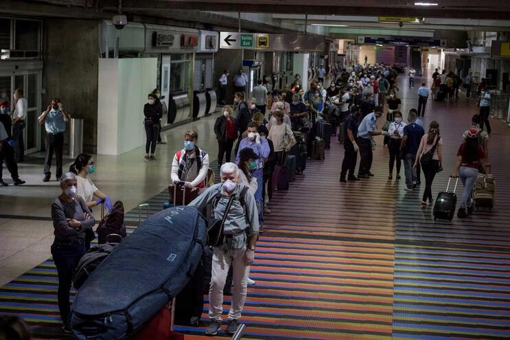 Passageiros europeus no aeroporto Simon Bolivar,e m Caracas, Venezuela