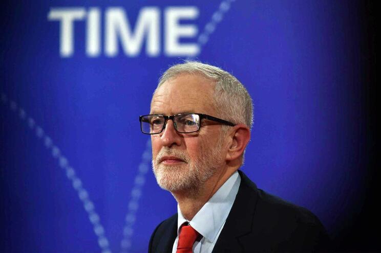 "Jeremy Corbyn afirma que permanecerá ""neutro"" num novo referendo do Brexit"