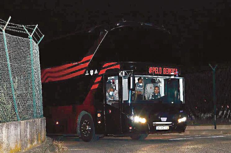 Insultos e tarjas a pedir a saída de Vieira e Lage no Seixal