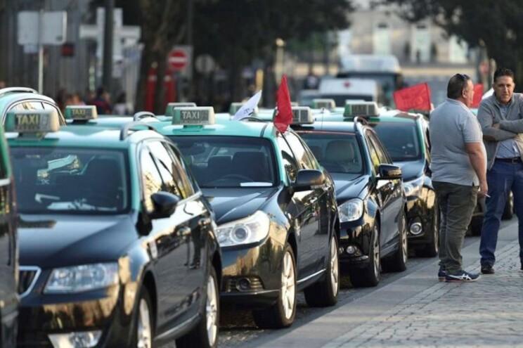 Taxistas retomam circulação mas temem problemas durante fim de semana