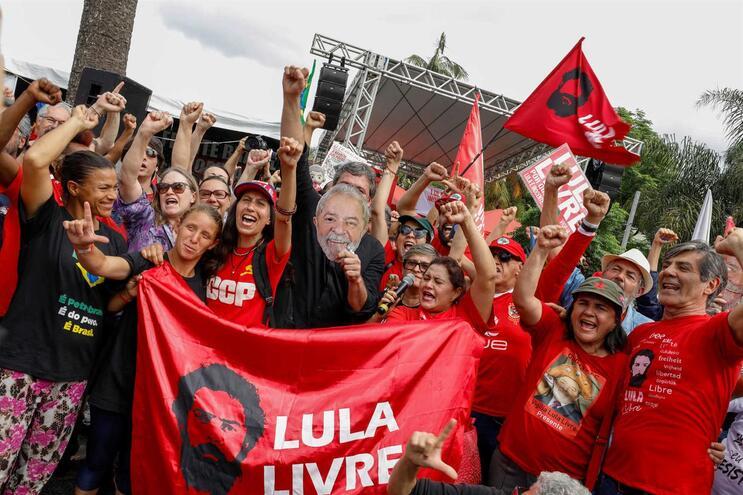 Juiz ordena libertação de Lula da Silva
