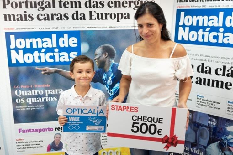 David Rocha, com a irmã Sofia e a mãe Sílvia Sousa, recebe os vales da Staples e Opticalia