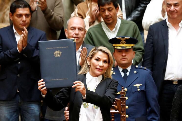 Presidente interina da Bolívia promulga lei para realização de novas eleições