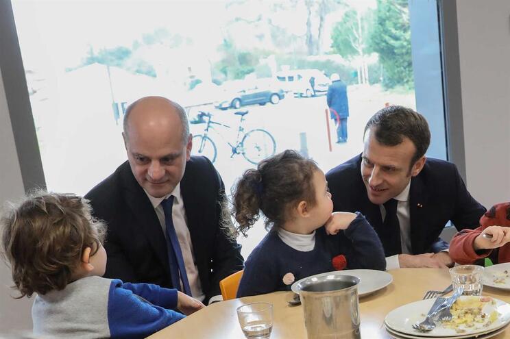 O presidente francês, Emmanuel Macron, e o ministro da Educação, Jean-Michel Blanquer, numa visita a