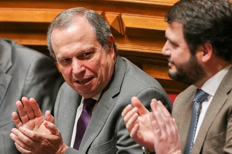Carlos César nega beneficiar de dupla ajuda nas viagens aos Açores