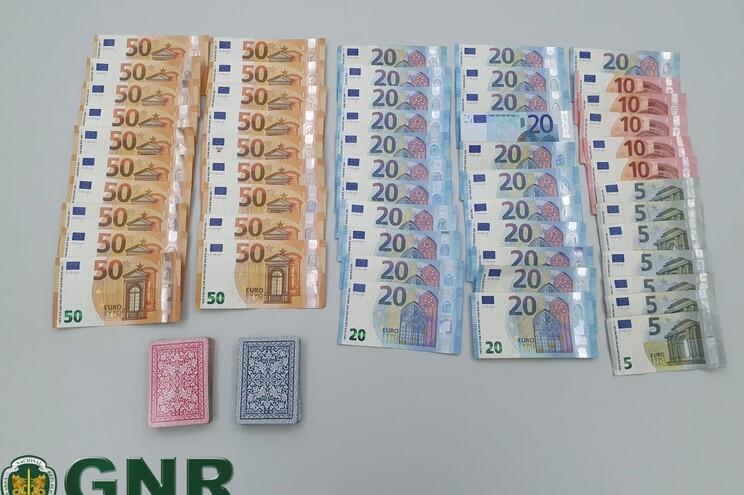 Os suspeitos foram surpreendidos em flagrante enquanto se encontravam a jogar cartas com apostas monetárias