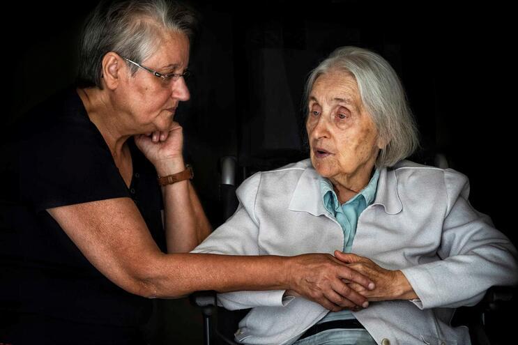 Maria Manuela Oliveira com a mãe, Iria Alice, doente com Alzheimer