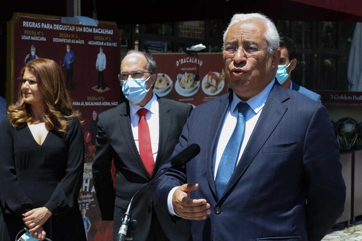 O primeiro-ministro, António Costa (D) anunciou que portugueses não ficam de quarentena no regresso a
