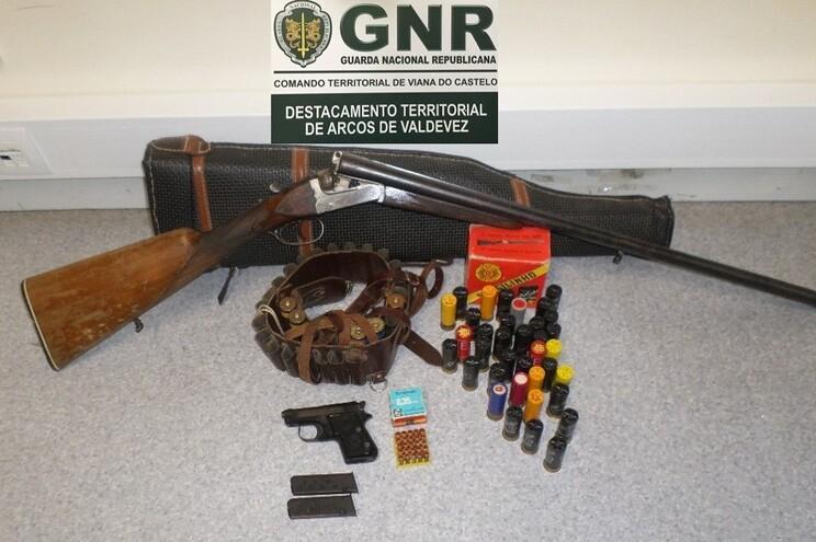 GNR apreende armas de fogo e munições a idoso que ameaçava mulher