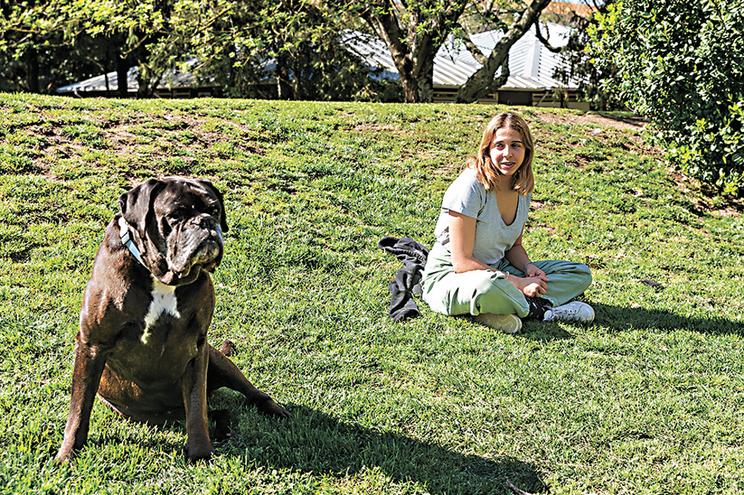Sofia Machado com o seu cão no jardim Paulo Vallada