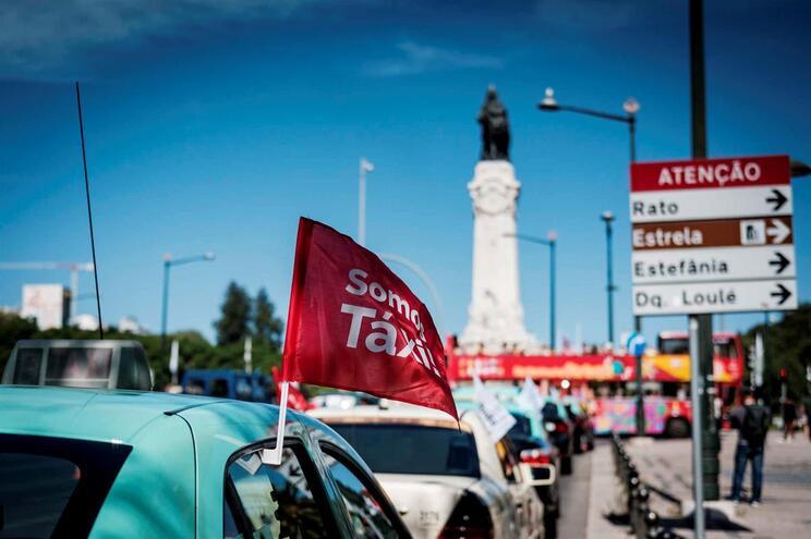 Taxistas em protesto contra lei que regulamenta as plataformas online