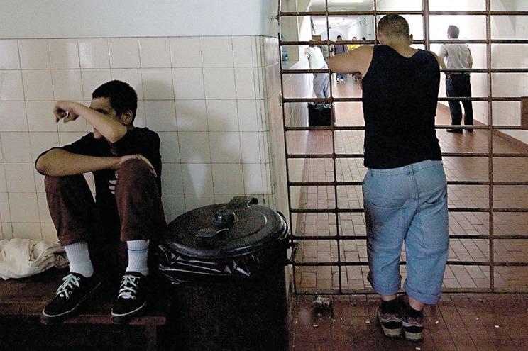 Líder dos guardas propõe presos em casa e ministra da Justiça avalia libertações