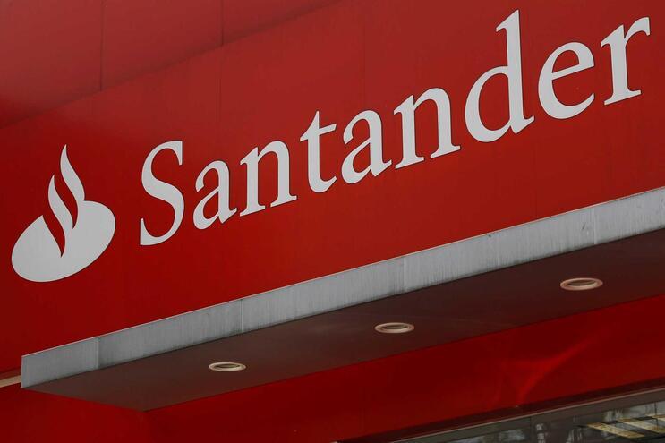 Santander fecha 118 agências e fica com menos 355 trabalhadores num ano