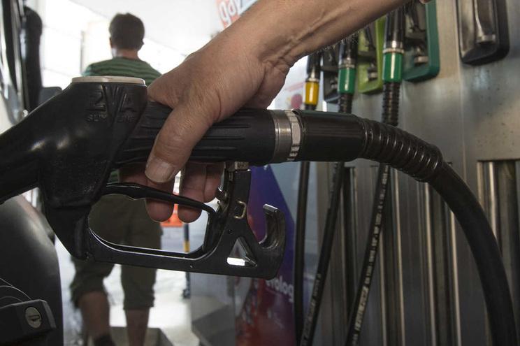 Atestar com gasolina pode custar menos 240 euros em 2019