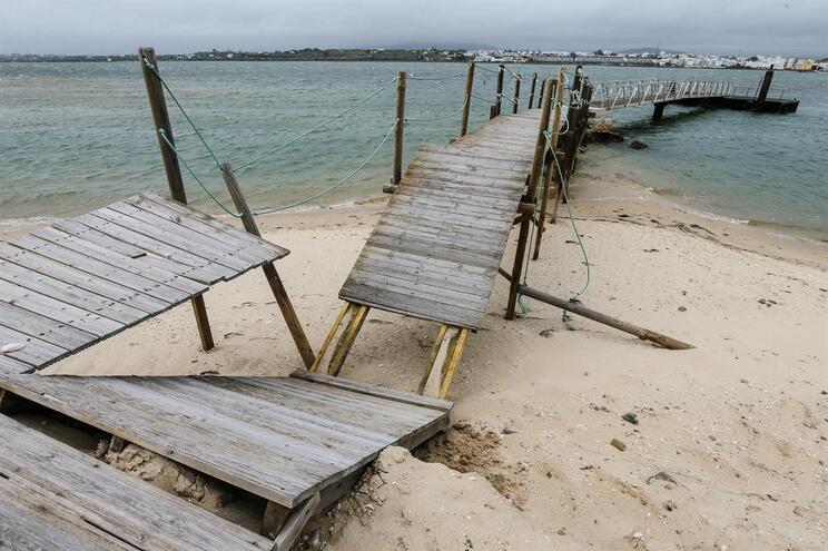 Cais de embarque da praia da Fuseta (Portimão) destruído pelo mau tempo