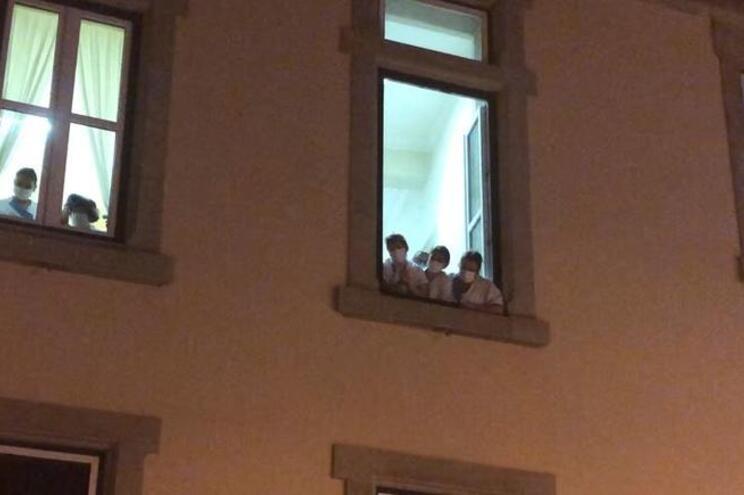 Profissionais à janela do lar