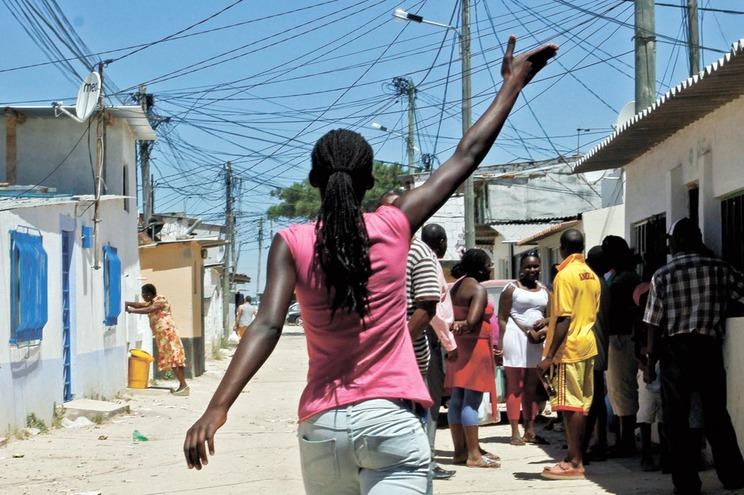 Governo quer obrigar municípios a pagar ligação da luz a casas clandestinas