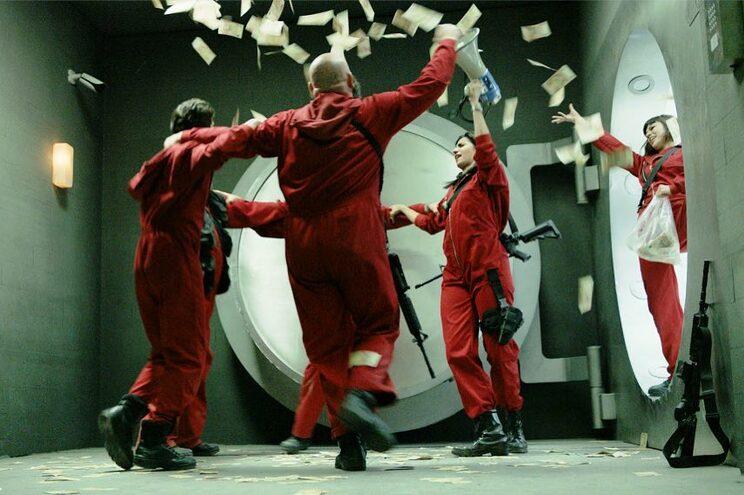 Depois do roubo bem sucedido da Casa da Moeda, o grupo liderado pelo Professor foi forçado a sair dos