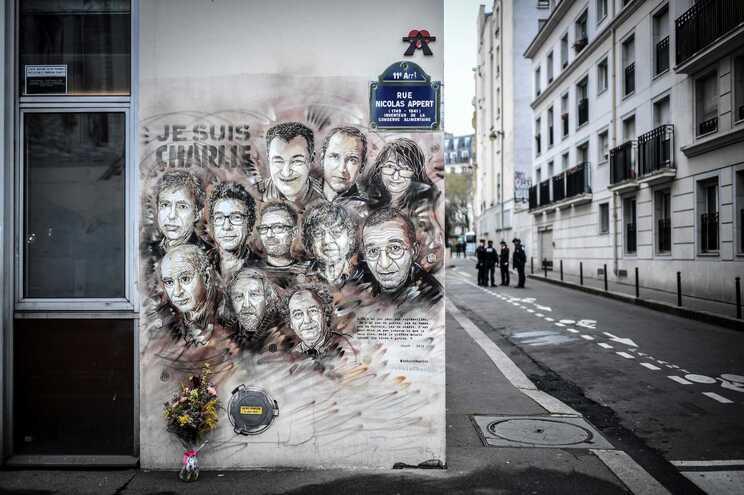 Mural dos jornalistas do Charlie Hebdo assassinados em 2015