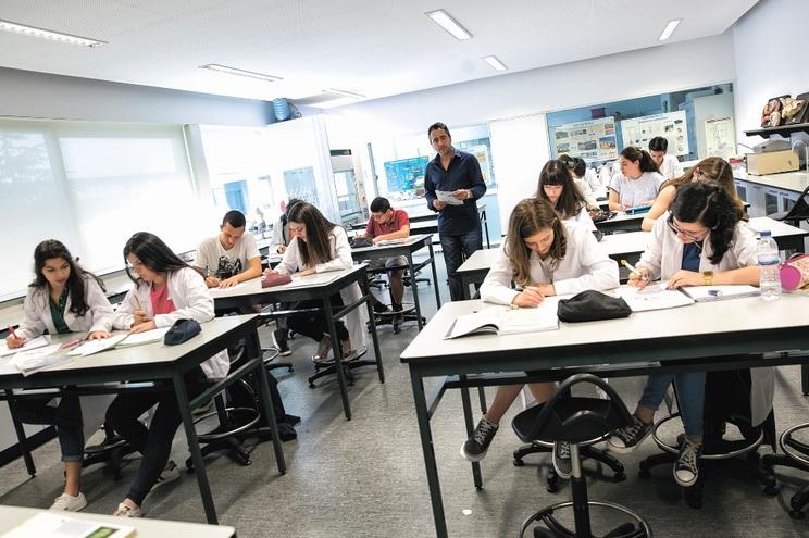 Quando regressarem às escolas, alunos do 11.º e 12.º, professores e funcionários terão de usar máscaras