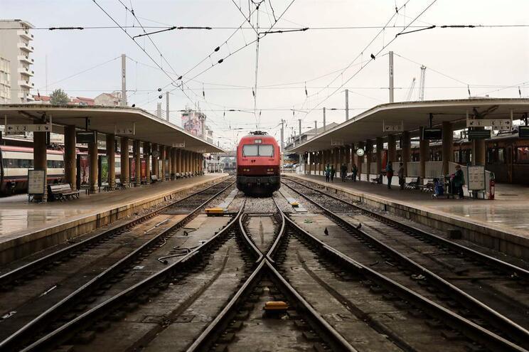 Comboio da CP parado na estação de Santa Apolónia em Lisboa