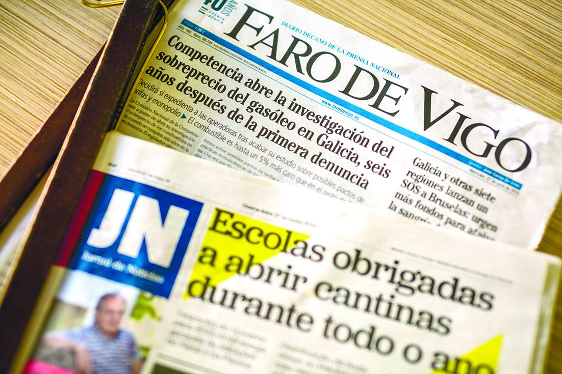 Jornais portugueses e espanhóis lado a lado nos cafés de Valença    (Rui Manuel Fonseca / Global Imagens)