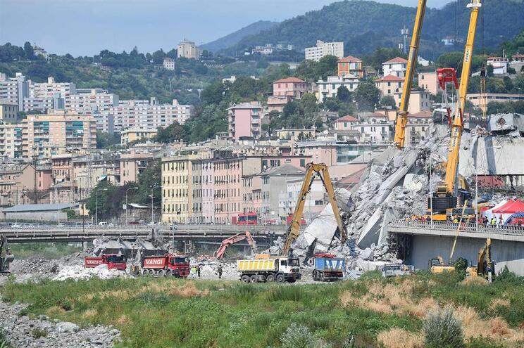 Operações de limpeza dos destroços em Génova suspensas por precaução