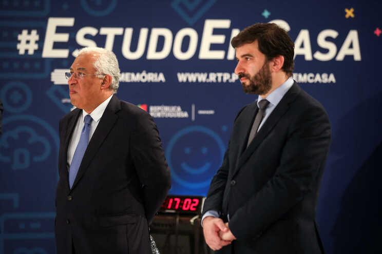 O primeiro-ministro, António Costa, com o ministro da Educação, Tiago Brandão Rodrigues