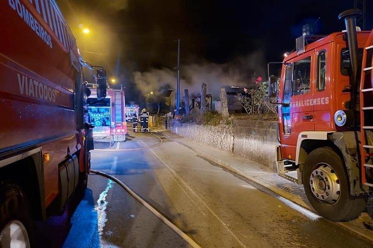 Incêndio destrói casa em Famalicão
