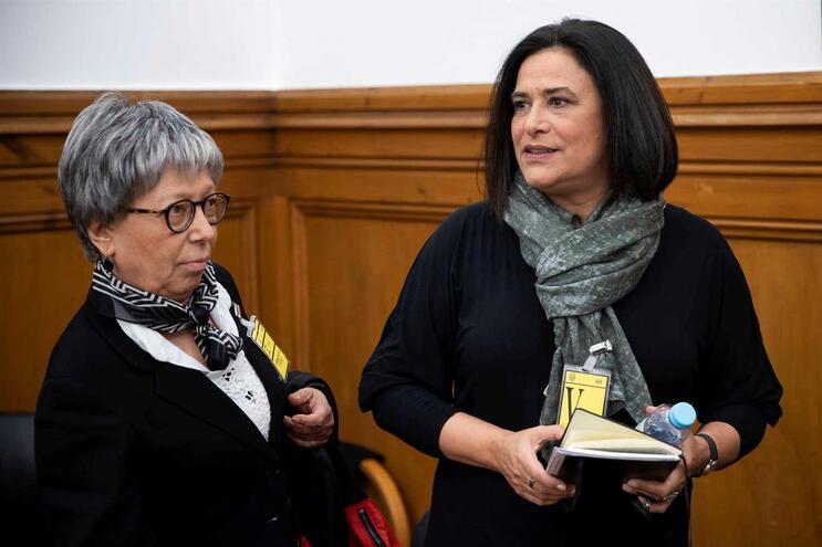 A diretora de informação da RTP - Rádio e Televisão de Portugal, Maria Flor Pedroso (D), acompanhada