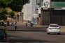Carro da polícia controla entradas em mercado da Venezuela