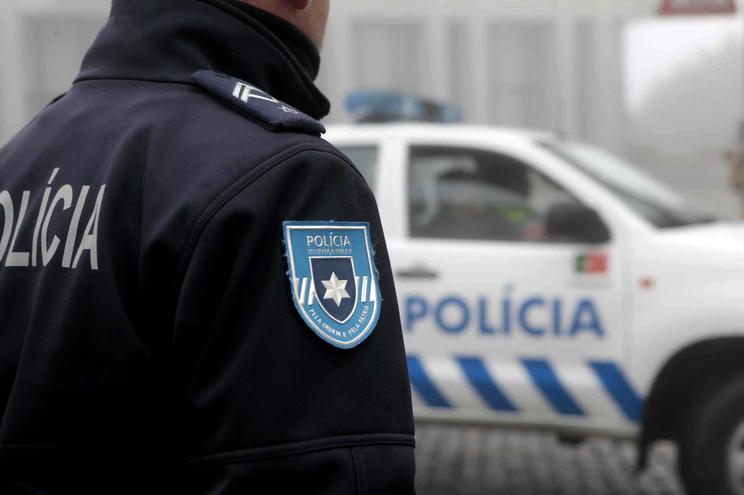 A Polícia mandou os jovens saírem do local e emitiu vários autos de contraordenação