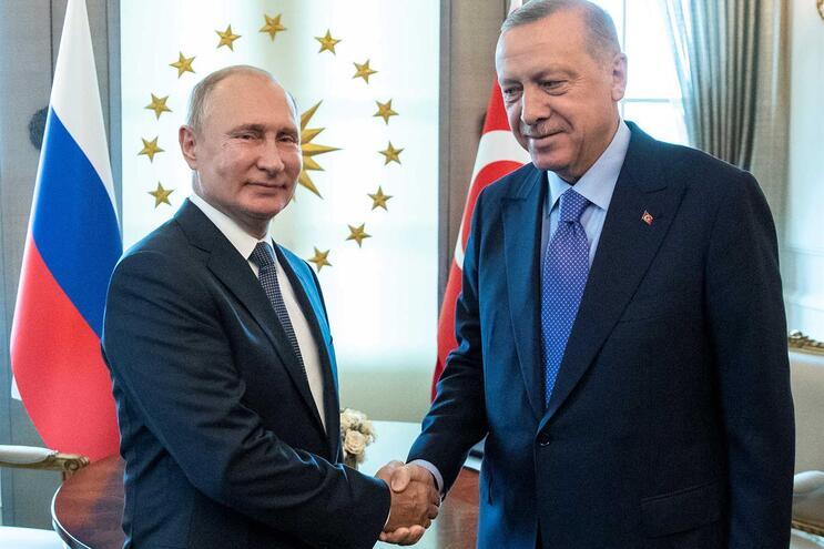 O presidente da Rússia, Vladimir Putin, e o seu homólogo turco, Recep Tayyip Erdogan