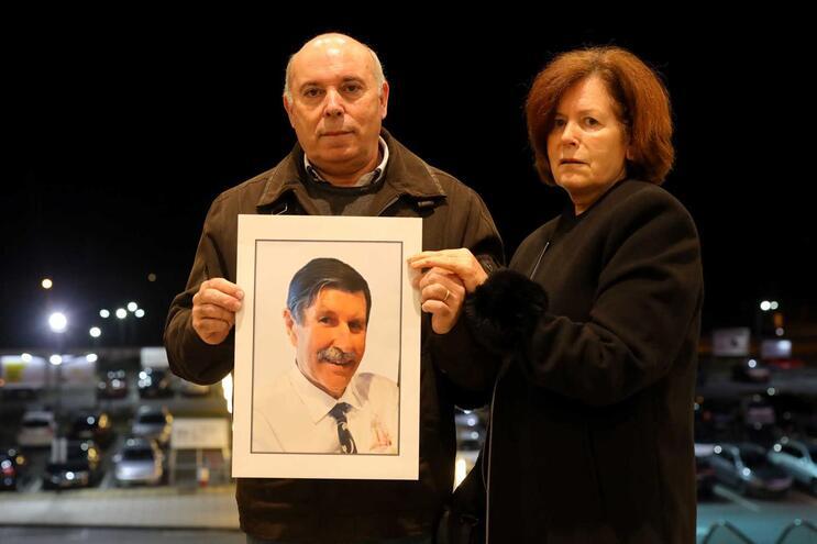 Manuel Silva ao lado da irmã Maria Alice, que chora perda do marido, Albano Pereira