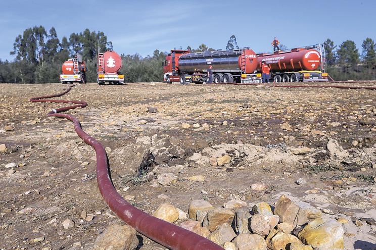 Durante a seca severa de 2017, bombeiros abasteceram populações com água levada em camiões-cisterna