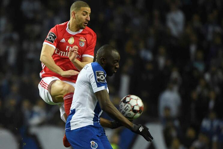 Taarabt e Marega em duelo durante o F. C. Porto-Benfica