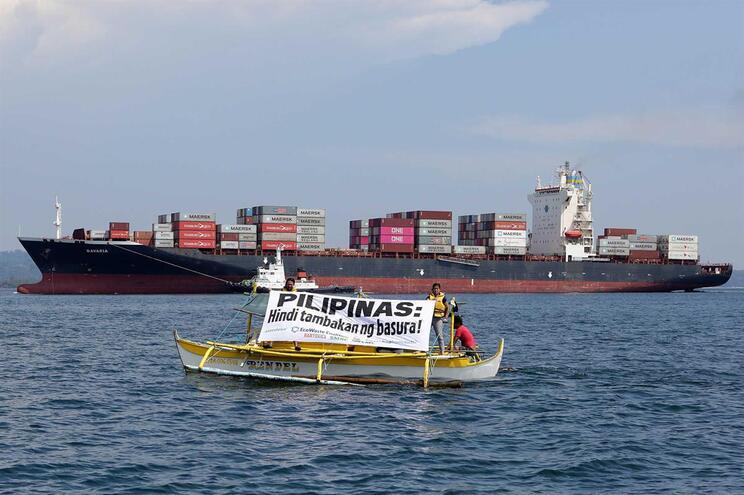 """""""As Filipinas não são uma lixeira"""", lê-se num banner da Greenpeace"""