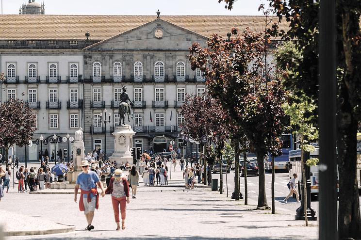 Turistas entre a avenida dos Aliados e a Praça da Liberdade
