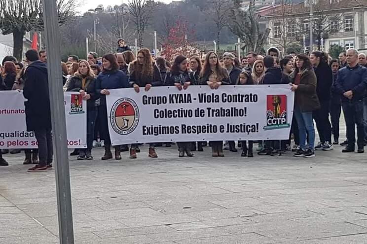 Trabalhadores da fábrica de calçado Kyaia protestam contra horário alargado