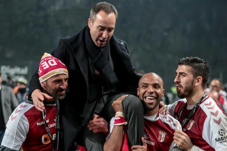 António Salvador a festejar o troféu