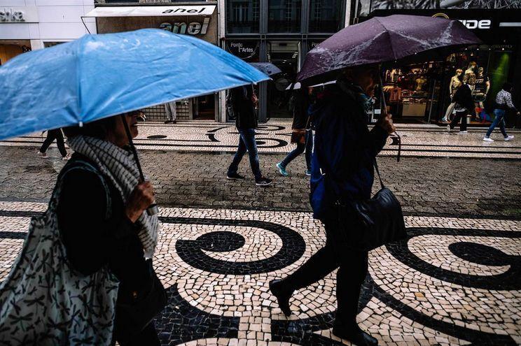 Chuva persistente e o vento forte vão regressar a Portugal continental