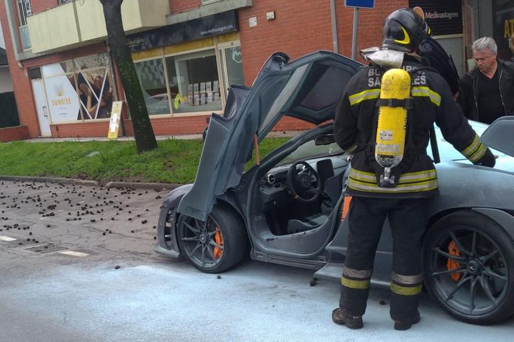 O incêndio atingiu principalmente a parte traseira do carro