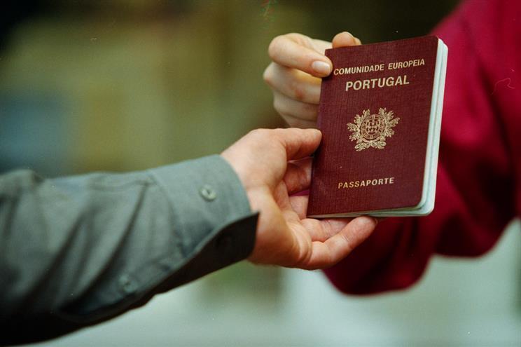"""Governo aconselha a """"viajar com passaporte válido"""" para o Reino Unido"""