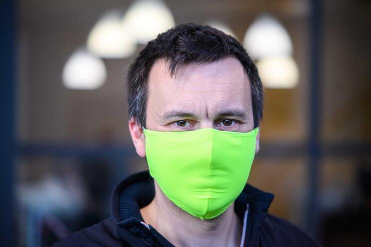 Máscaras vão ser obrigatórias em lojas, transportes públicos e escolas