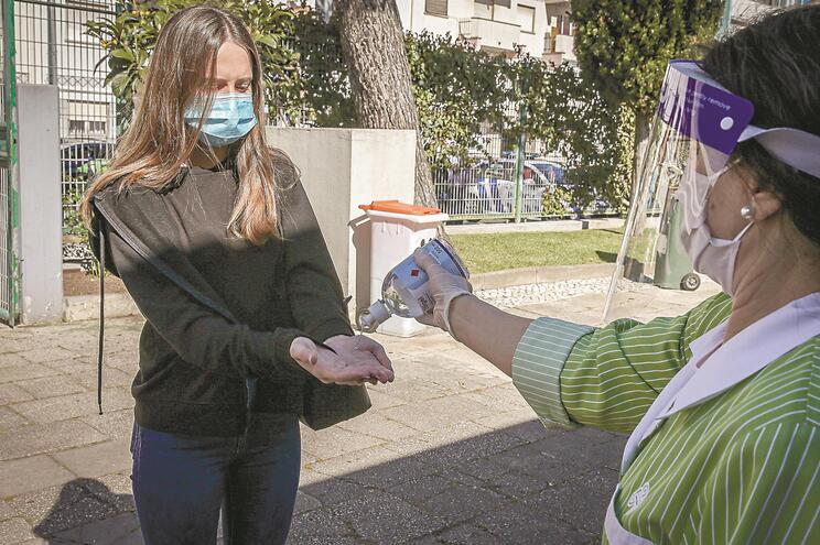 Os alunos a partir do 5.ºano vão ter de usar obrigatoriamente máscara dentro das escolas e nas aulas