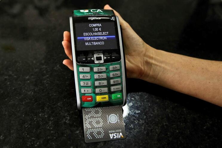 Pagamentos com cartão sem pôr código passam a ser permitidos até 50 euros