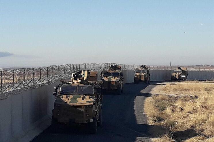 Militares sírios e turcos em confrontos na fronteira